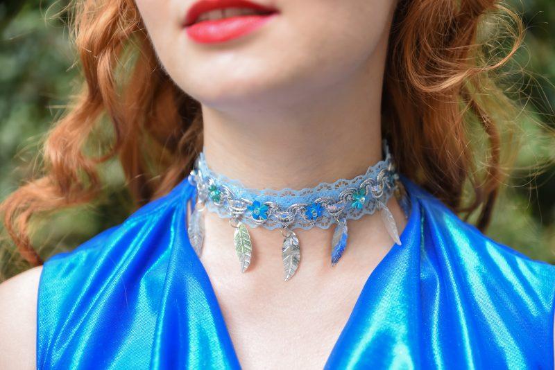 collier-bijou-choker-bleu-argent-plumes-sequins-made-in-france-cadeau-souvenir-fait-main-accessoire
