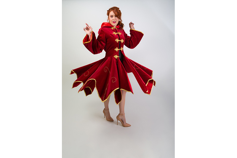 manteau elfique made in france Haute Couture mode alternative luxe femme velours rouge or brandebourgs broderies strass swarovski capuche pointes