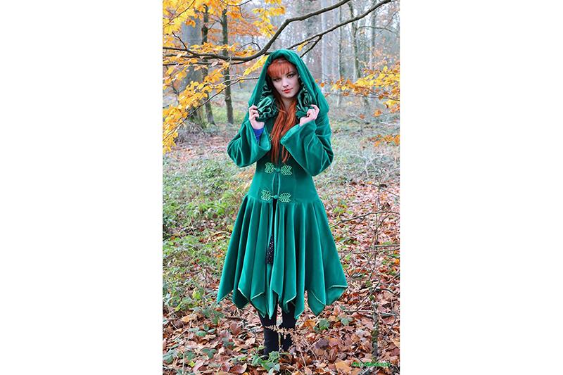manteau elfique haute couture mode alternative femme velours vert capuche brandebourgs