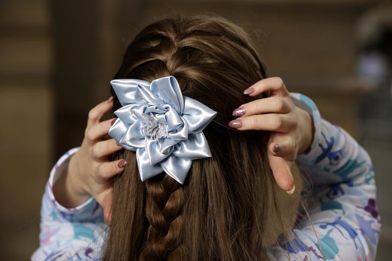 barrette-broche-accessoire-mode-femme-fait-main-made-in-france-cheveux-fleur-satin-bleu-nenuphar