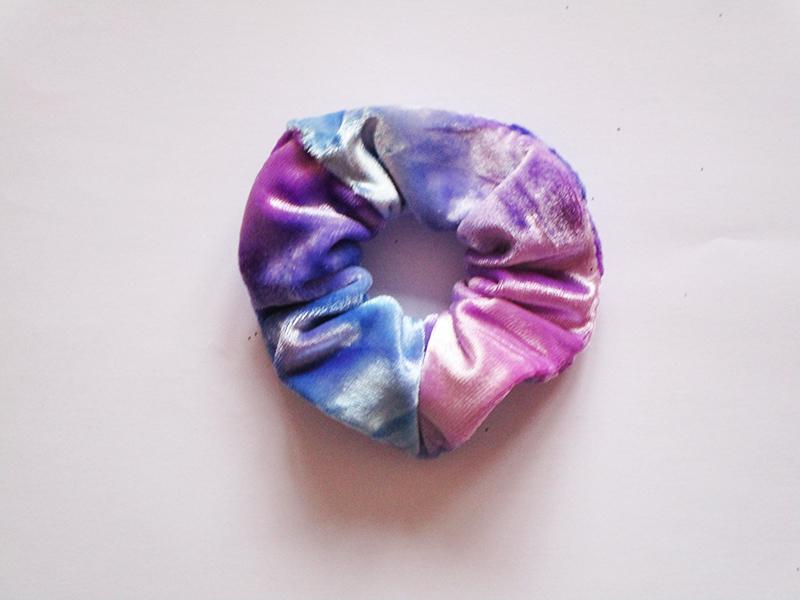 chouchou-cheveux-made-in-france-accessoire-coiffure-mode-femme-fait-main-velours-rose-bleu-ciel-cadeau-artisanal