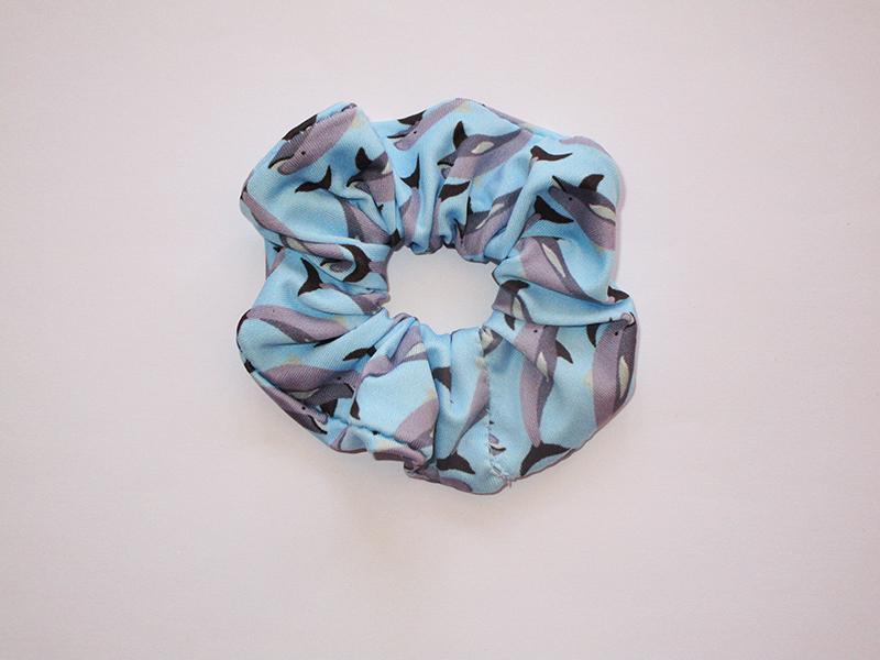 chouchou-cheveux-made-in-france-accessoire-coiffure-mode-femme-fait-main-cadeau-artisanal-imprime-dauphins-bleu-ciel