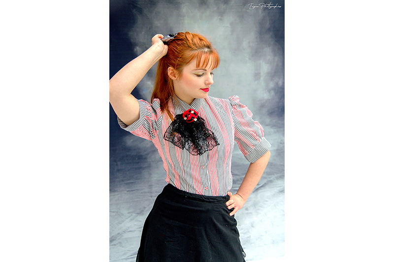 chemisier-raye-femme-rayures-made-in-france-theme-alice-au-pays-des-merveilles-haute-couture-rouge-noir-blanc