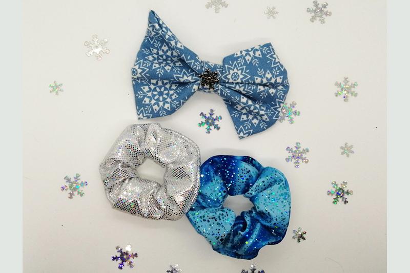 noeud chouchou scrunchie bleu argent fait main accessoire coiffure cheveux coffret cadeau noel reine des neiges elsa disney fait main