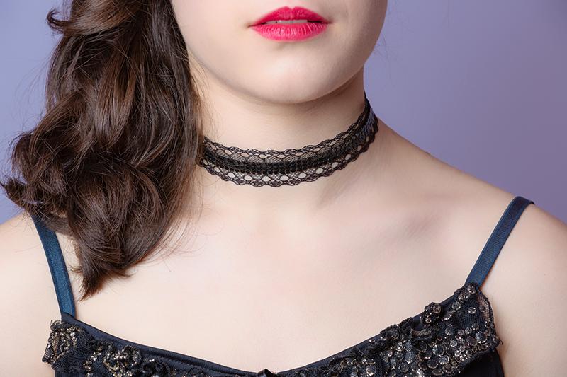 colier-choker-noir-made-in-france-fait-main-cadeau-souvenir-artisanal-strass-dentelle