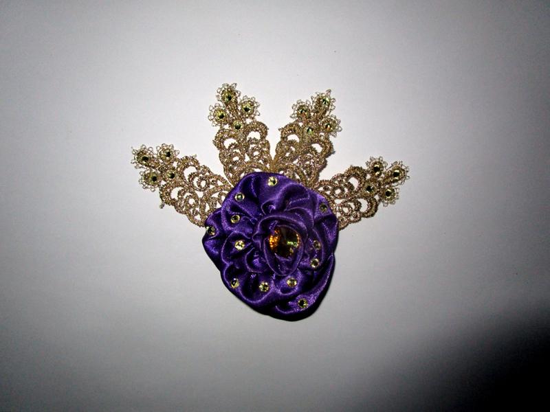 rose-fleur-cheveux-haute-couture-fait-main-satin-violet-dentelle-or-strass-svarowski-made-in-france-souvenir-cadeau-baroque-versailles