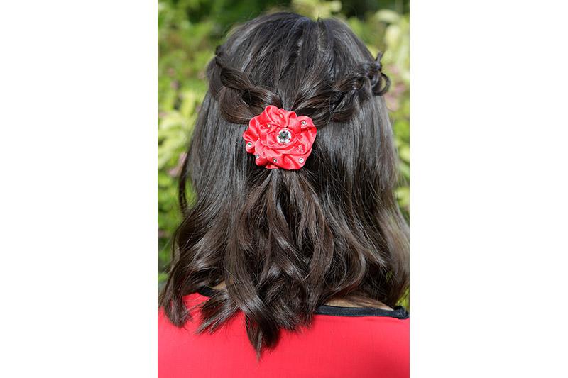 accessoire cheveux made in france barrette rouge fleur coiffure tresse fait main satin strass