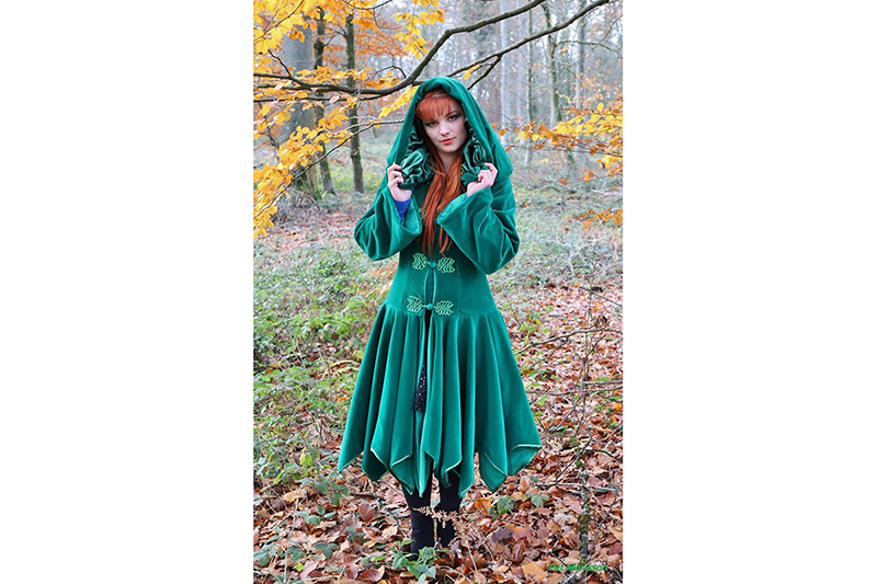 manteau elfique haute couture mode alternative femme velours vert capuche brandebourgs