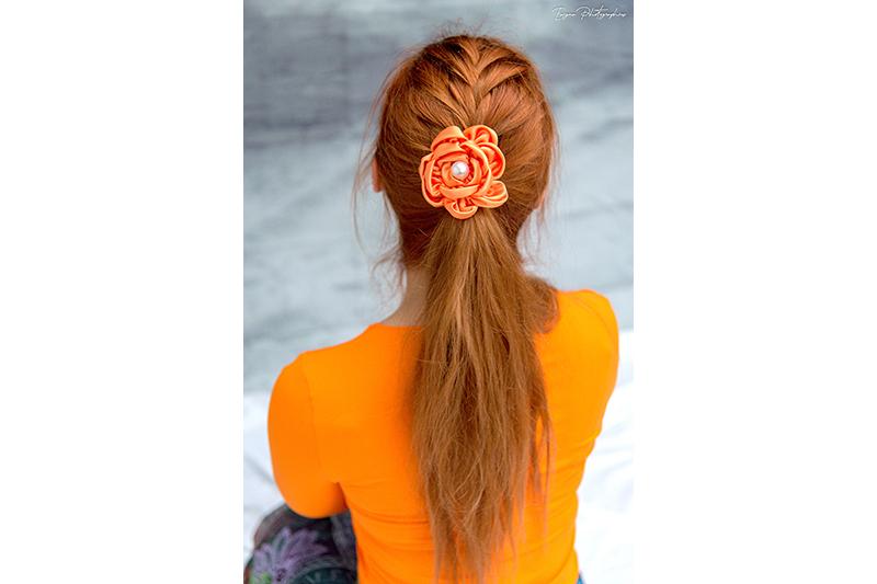 accessoire-cheveux-coiffure-fleur-haute-couture-satin-orange-camelia-barette-fait-main-bijou-artisanal-tete-cadeau-made-in-france-souvenir