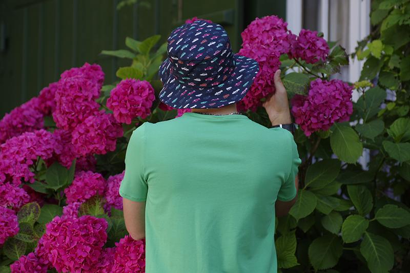 chapeau de soleil pour homme en coton bio bleu marine imprime voitures retro made in france fait main vacances plage soleil mer