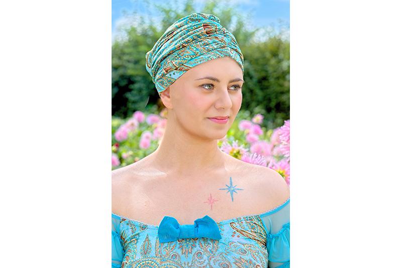 turban turquoise femme chimio cancer cacher la perte de cheveux